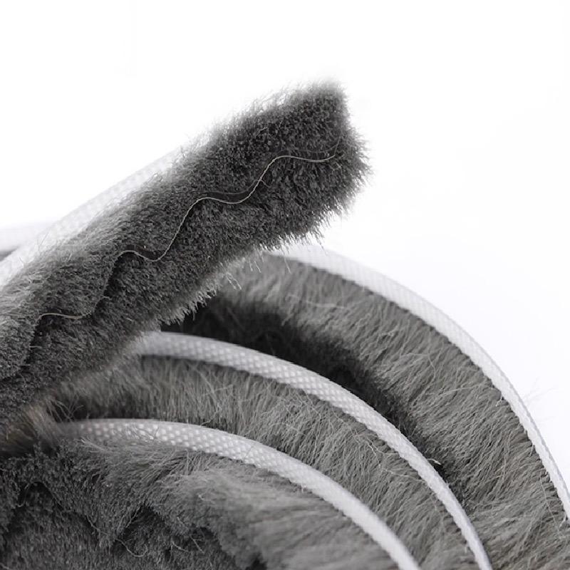 El de CEPILLO FLEXIBLE:Se adapta fácilmente a cualquier tipo de superficie, tapan un hueco de entre 2 y 5 mm, además de ser los más indicados para poner en puertas y ventanas correderas, son ideales para colocar en mosquiteras de aluminio.