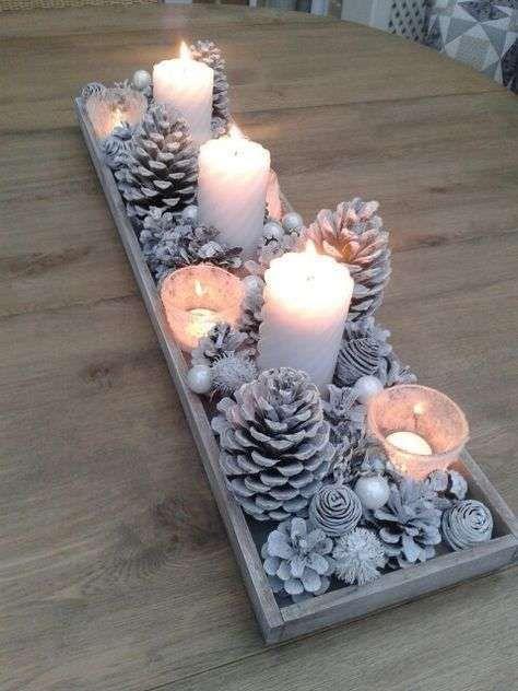Centro de mesa navideño con piñas