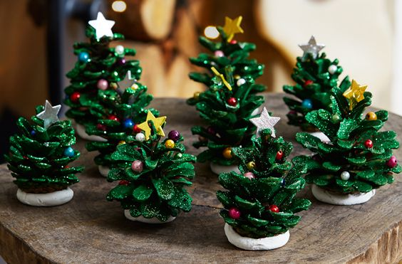 árbolito de navidad hecho a mano con piñas