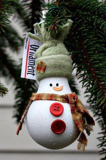 Decoración navideña manual hecha con bombillas
